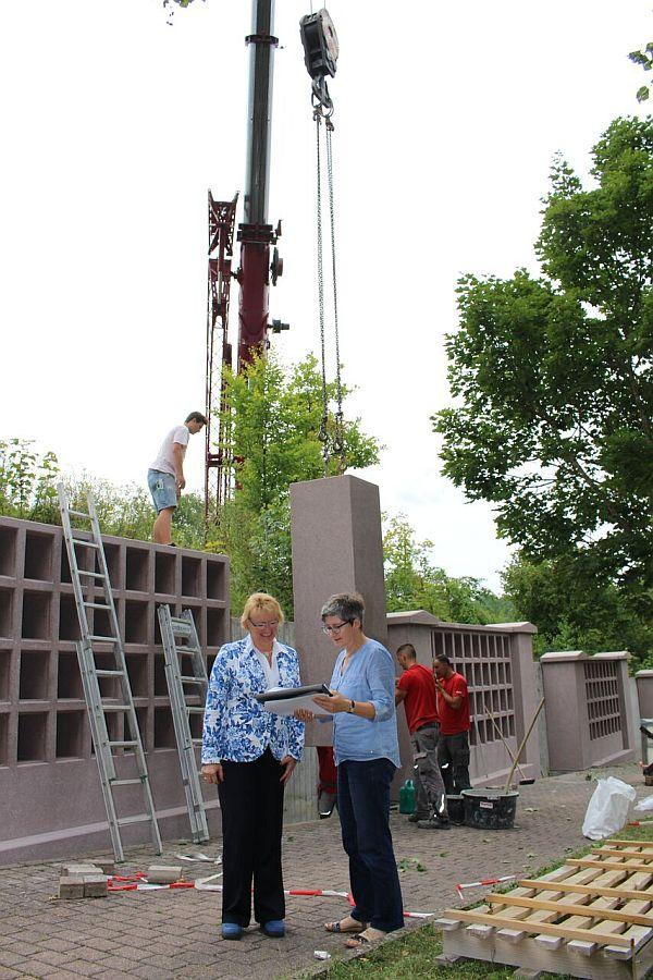 Erste Beigeordnete Susanne Widmaier und Margit Dürr vor der Urnenwand