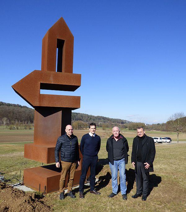 Bei der Aufstellung der neuen Sculptoura-Skulptur