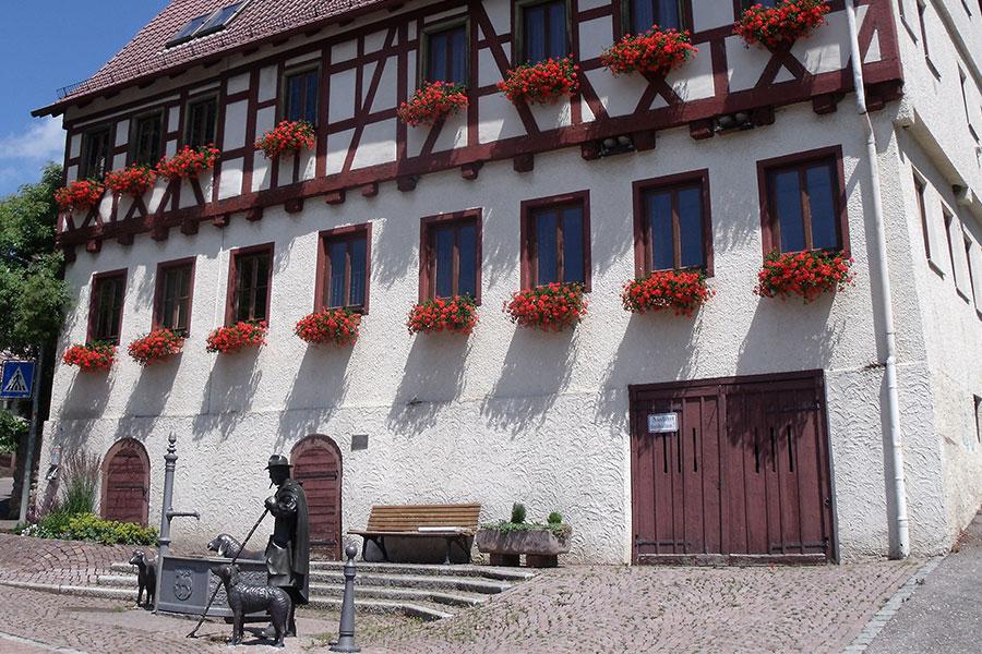 Rathaus Schafhausen mit Schäferfigur