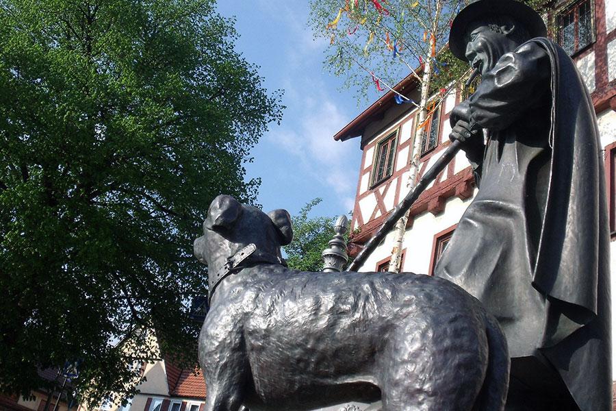 Schäferfigur vor dem Rathaus