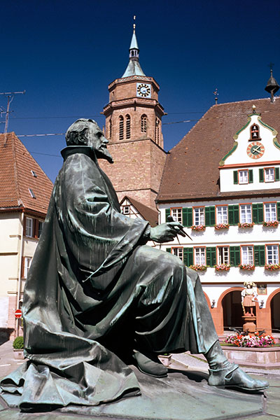 Marktplatz mit Keplerdenkmal, Rathaus und Stadtkirche St. Peter und Paul