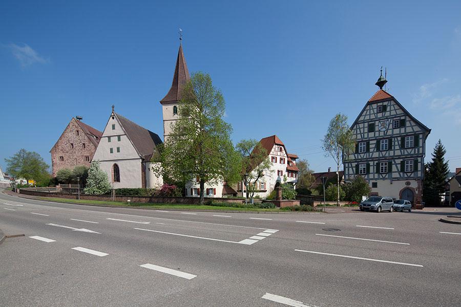 Ortsmitte mit Kirche und Rathaus