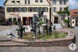 Narrenbrunnen mit typischen Figuren der Weiler Fasnet