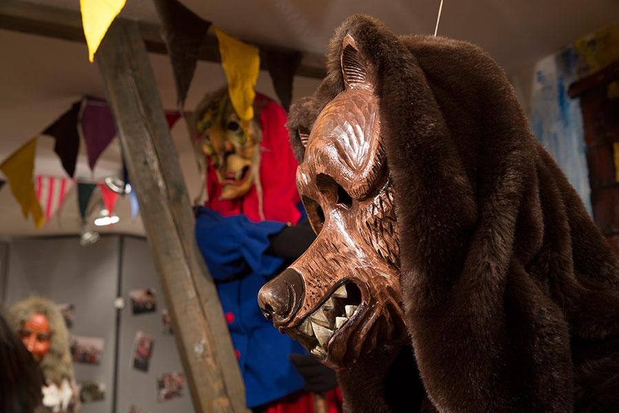 Bären- und Hexenfigur im Narrenmuseum