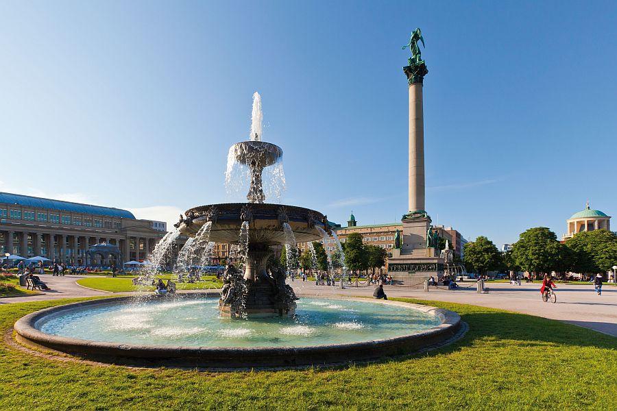 Schlossplatz Stuttgart mit Brunnen