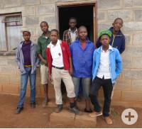 Die Jungen vor ihrem Häuschen in Lesotho