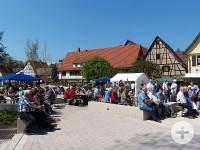 Zuschauer auf dem neuen Dorfplatz