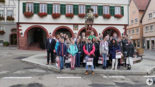 Bürgermeister Thilo Schreiber mit der Ungarischen Schülergruppe vor dem Weiler Rathaus