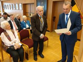 Bürgermeister Thilo Schreiber überreicht Herrn Josef Seethaler die Ehrenurkunde des Landes Baden-Württemberg zum 90. Geburtstag