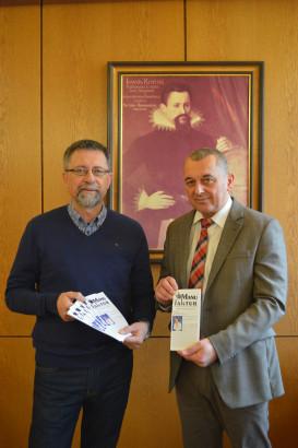 Stadtrat Fischer übergibt Bürgermeister Schreiber das Jahresprogramm der Manufaktur