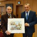 Bürgermeister Thilo Schreiber überreicht Herrn Josef Seethaler ein Aquarell mit Ansichten aller 5 Stadtteile als Geschenk der Stadt