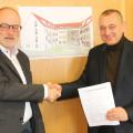 ^Bernhard Siegle, der Vorstand des Atrio Leonberg e.V. und Bürgermeister Thilo Schreiber mit dem unterzeichneten Mietvertrag