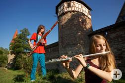 Musikschüler vor der Stadtmauer