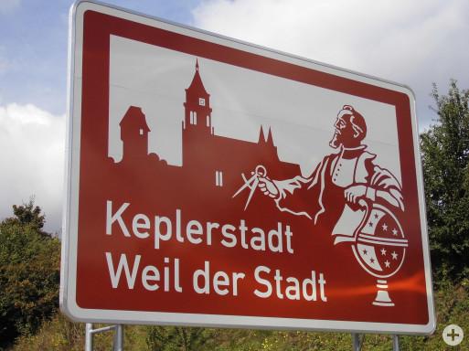 Touristisches Hinweisschild an der Autobahn
