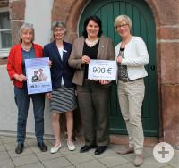 Scheckübergabe Frauenwochen Copyright Angelika Brombacher