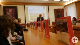 Bürgermeister Thilo Schreiber beim Empfang der Ungarischen Schülergruppe im Sitzungssaal des Weiler Rathauses