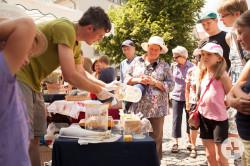 Kunsthandwerkermarkt: Interessierte Besucher