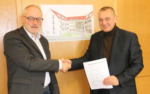 Bernhard Siegle, der Vorstand des Atrio Leonberg e.V. und Bürgermeister Thilo Schreiber mit dem unterzeichneten Mietvertrag