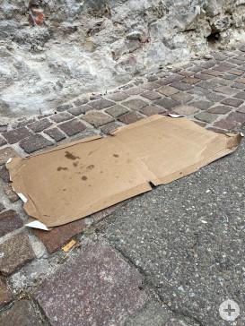 Leerer Pizzakarton auf der Straße