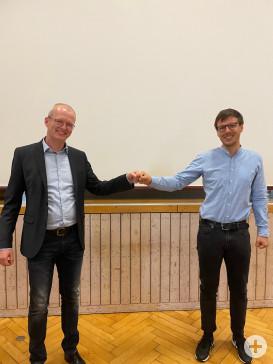 Bürgermeister Christian Walter gratuliert Bert Rudolph nach seiner Wahl im Gemeinderat.