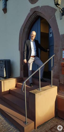 Bert Rudolph an seinem ersten Arbeitstag vor dem Technischen Rathaus in Merklingen.